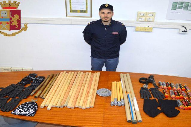 Le armi sequestrate ai tifosi del Barcellona (foto: polizia di Stato)