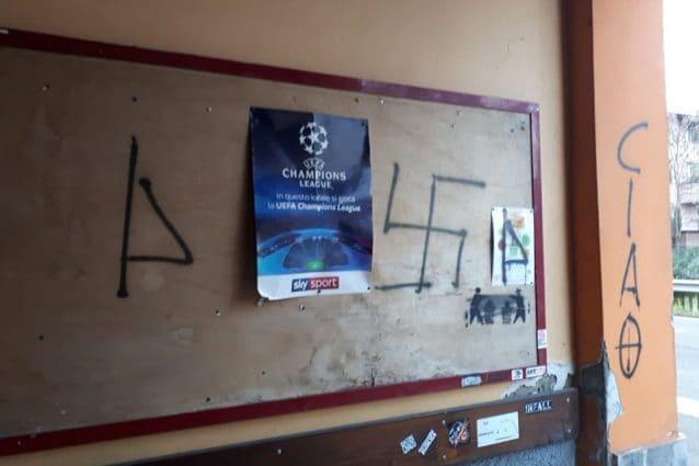 Un muro imbrattato del circo Arci di Ombriano (foto Facebook ArciOmbriano)