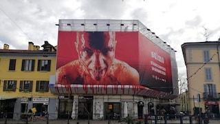 """Milano, troppo sangue nella foto: rimosso maxi poster di Salmo. Il rapper sbotta: """"Andate a f..."""""""