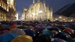 """Sardine a Milano: in 25mila sfidano la pioggia in piazza Duomo per dire """"Milano non si lega"""""""