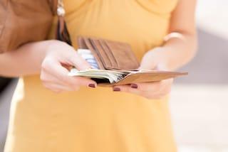 Omate, misteriosa benefattrice restituisce un portafogli smarrito: appello sui social per trovarla