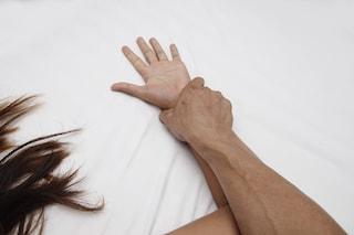 Violenta la sorella gravemente disabile e pubblica sul web i video degli abusi: arrestato