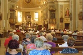 Milano, sale sull'altare e urla una bestemmia durante la messa dell'Epifania: arrestato