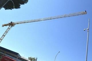 """Milano, operai in protesta salgono su una gru a 60 metri d'altezza: """"Vogliamo i nostri soldi"""""""
