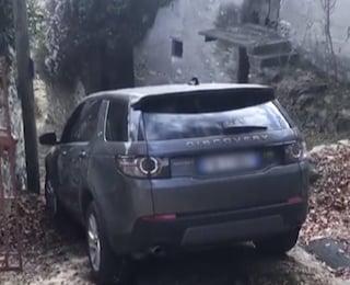 Moltrasio, automobile di turisti americani si incastra sulla scalinata per colpa del navigatore