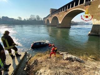 Pavia, parcheggia nei pressi del fiume: l'auto scivola nel Ticino
