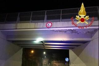Erba, paura per il ponte di Buccinigo: cadono calcinacci, vigili del fuoco sul posto e corsia chiusa