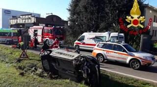 Arosio, auto travolge ciclista e si ribalta in un fossato: un morto e due feriti