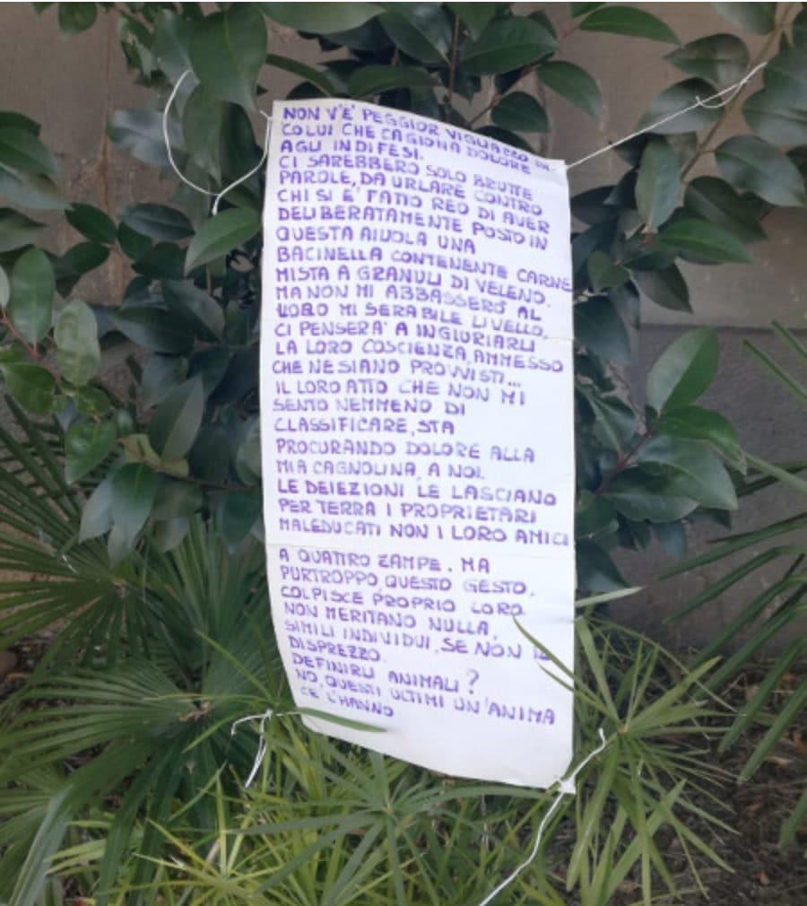 Il cartello appeso a Pescarenico (da Lecco Notizie)