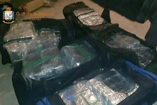 """Como, 200 chili di droga e armi da guerra: arsenale da """"Narcos"""" scoperto in un box a Valmorea"""