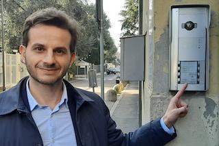 """Salvini, consigliere M5s citofona alla sede della Lega in via Bellerio: """"Dove sono i 49 milioni?"""""""