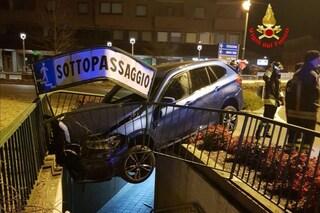 Darfo Boario Terme, ubriaco alla guida finisce col suv sospeso sul sottopasso pedonale