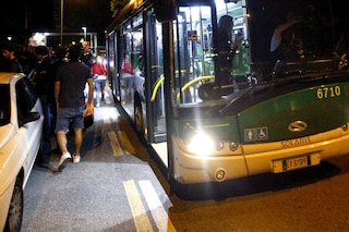 Milano, vigilante dell'Atm aggredito dal branco: preso a calci e pugni in faccia