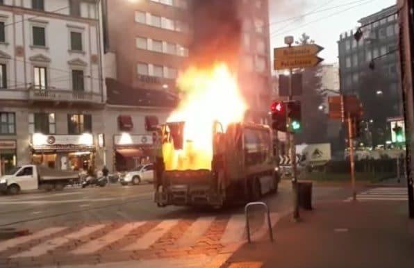 Il camion Amsa in fiamma a Milano