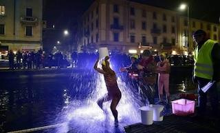 Milano, un tuffo nelle gelide acque del Naviglio: si ripete la tradizione del Cimento invernale