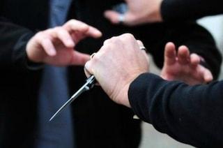 Ragazzo di 19 anni accoltellato in strada a Milano: bloccate due persone