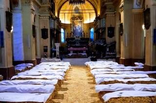 """Cella Dati, veglia di Capodanno tra le balle di fieno in chiesa: """"Ricorda la nascita di Cristo"""""""