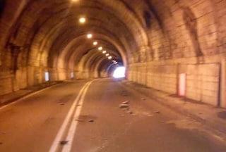 Calcinacci caduti in galleria tra Bergamo e Brescia, colpita un'automobile
