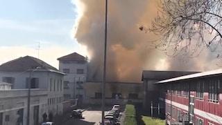 Vasto incendio a Monza vicino a una scuola: alta colonna di fumo, sul posto i vigili del fuoco