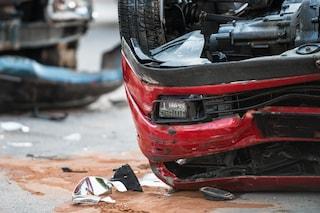San Donato, uomo perde il controllo dell'auto e si schianta contro un semaforo: ha un trauma cranico