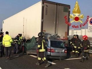 Incidente sull'Autostrada A1 a Lodi, auto tampona un camion: morti un uomo e una ragazza