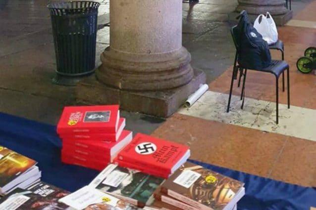 I libri di Hitler in bella mostra sulla bancarella (Foto: Manfredi Palmeri)