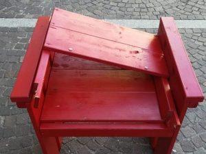 La sedia rossa vandalizzata a Novate Milanese