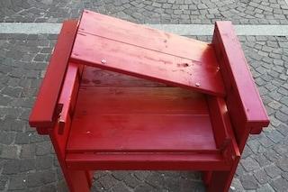 Novate Milanese, vandalizzata la sedia rossa in ricordo delle vittime di femminicidio