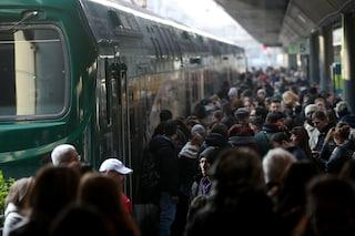 Tronchi e striscione sui binari, bloccata la linea Bergamo-Milano: ritardi e soppressioni