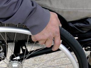 Gavardo, falso invalido partecipa a una rissa e viene smascherato: ha preso 100mila euro di pensione