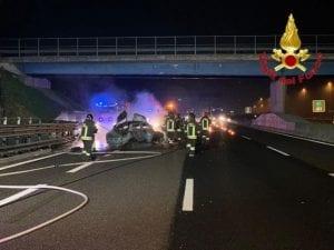 L'auto in fiamme lungo l'A1 (foto Vigili del fuoco)
