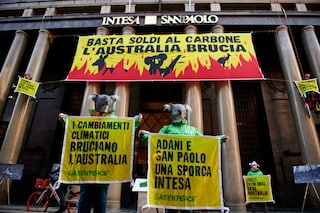 """Milano, blitz di Greenpeace alla sede di Intesa Sanpaolo: """"Basta soldi al carbone"""""""