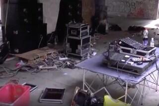 Milano, rave party in un palazzo abbandonato: irrompe la polizia, sequestrati acidi e ecstasy