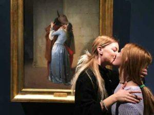 Il bacio davanti al Bacio di Hayez (Foto: Pinacoteca di Brera)