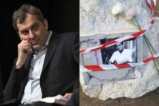 """Milano, Mario Calabresi porta un fiore sulla targa di Pinelli spaccata: """"Gesto vile e infame"""""""