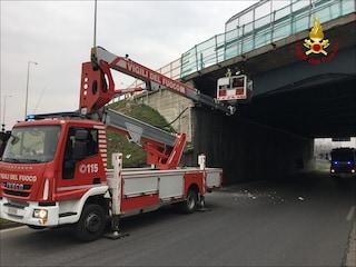 Opera, crollano i calcinacci da un ponte in Tangenziale ovest: auto danneggiata, ma nessun ferito