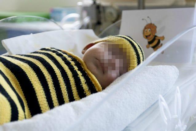 Un neonato travestito da ape per la festa di Carnevale dell'ospedale Niguarda (Foto: Niguarda di Milano)