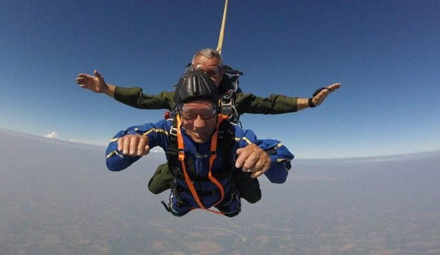 """Giuseppe """"Pino"""" Degrada durante il lancio col paracadute nel giugno del 2019 a 98 anni. Foto: """"Oglioponews""""."""