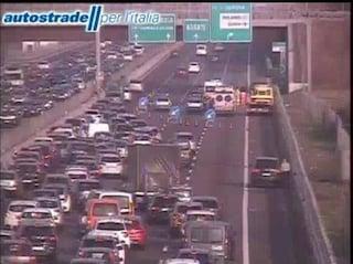 Incidente sull'A4, auto si ribalta in autostrada tra Monza e Agrate: tre feriti, grave un 27enne