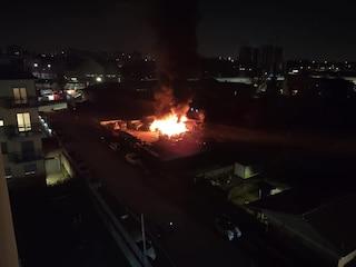Milano, dopo il maxi rogo di rifiuti altro incendio in via Chiasserini: a fuoco uno sfasciacarrozze