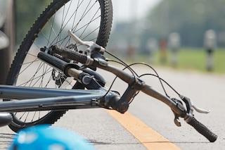 Donna in bici investita da un'auto a Novate: trasportata in ospedale in codice rosso