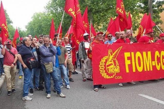 Lavoratori della Fiom (Foto Facebook Fiom)