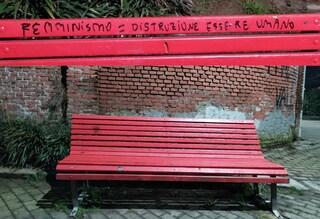 Milano, imbrattata una panchina rossa simbolo della lotta alla violenza di genere