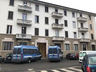 Milano, perquisizioni e sgomberi della polizia in via Gola: in uno degli alloggi anche un rapper