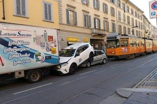 Milano, tamponamento a catena tra tram e auto in corso San Gottardo: taxi finisce su una vettura