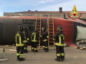 Vigili del fuoco al lavoro sul treno deragliato