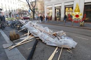 Milano, raffiche di vento forte si abbattono sulla città: tetti scoperchiati e auto danneggiate