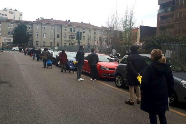 Una delle lunghe code fuori dall'Esselunga di via Fuché a Milano (Foto Fb: Giuseppe Posillipo)