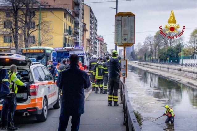 Scappa dalla polizia buttandosi nel Naviglio, non si accorge però dell'acqua bassa e si frattura le gambe