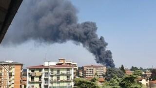 """Gallarate, vasto incendio in azienda chimica e alta colonna di fumo nero: """"Chiudete le finestre"""""""
